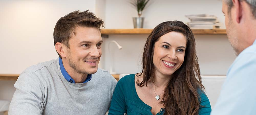 Couple exploring pay day loan options